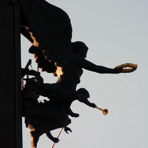 Зураб Церетели. Скульптурная композиция Богини Победы, венчающая стелу на Поклонной горе в Москве, 1995.
